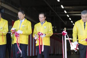 山野市長、横町社長、理事の方々による開会のテープカット